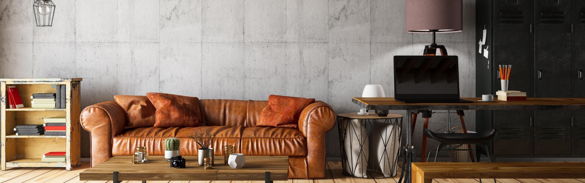 Skórzana kanapa obok biurka z laptopem